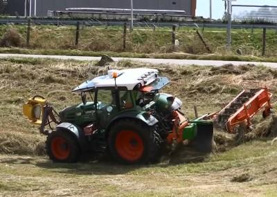 Tractor met Holaris hark