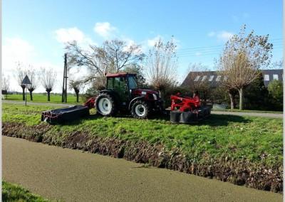 tractor met dubbele schotelmaaier lely